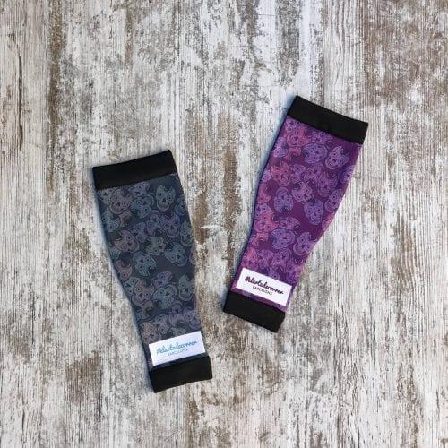 Medicas compresivas calaveras mexicanas, a la izquierda de la imagen la de color negro y a la derecha, la lila-morado, visión de lejos.