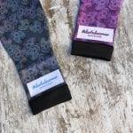 Medicas compresivas calaveras mexicanas, a la izquierda de la imagen la de color negro y a la derecha, la lila-morado.