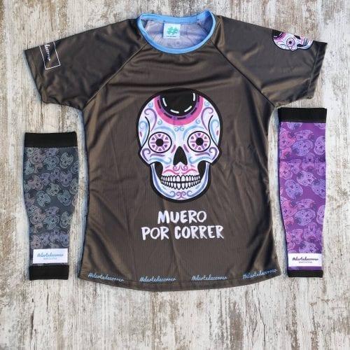 Medicas compresivas calaveras mexicanas, a la izquierda de la imagen la de color negro y a la derecha, la lila-morado, con la cmaiseta de mujer de calaveras de #elartedecorrer.