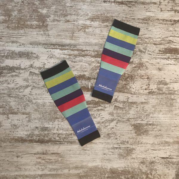 Medias compresivas para correr colección arcoíris. Se visualiza el modelo de medias con líneas horizontales de diferentes colores.