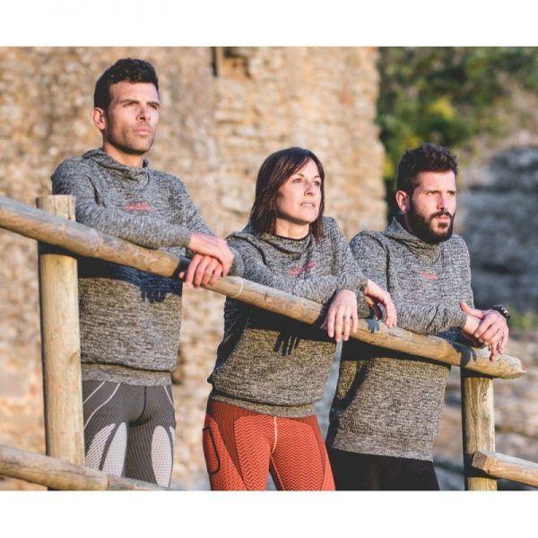 Sudadera Nadis Hanker Sports, practica running, trail, trekking, senderismo con ella. En la imagen se ven a 3 chicos posando con una sudadera Nadis en color negro.