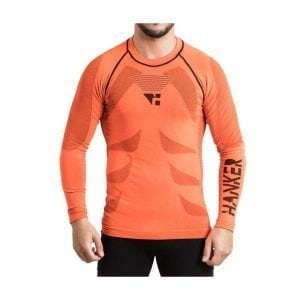 Camiseta térmica manga larga unisex en color naranja, en la imagen aparece un chico usándola.