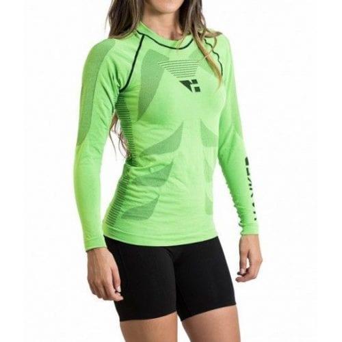 Camiseta térmica manga larga unisex en color verde menta, en la imagen aparece una chica usándola.