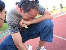 Andreu novakosky entrenador nacional de atletismo en pista coordinando un reto.