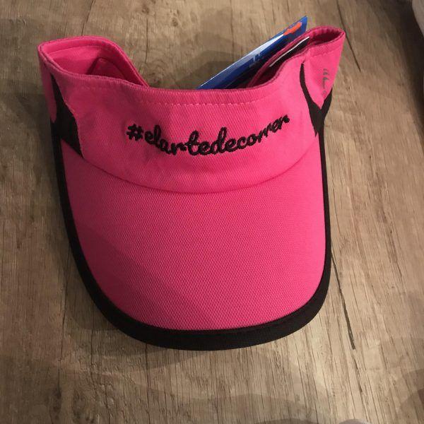 Visera técnica rosa con logo de #elartedecorrer bordado en negro