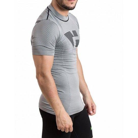 Camiseta térmica unisex en color gris, en la imagen aparece un chico usándola.