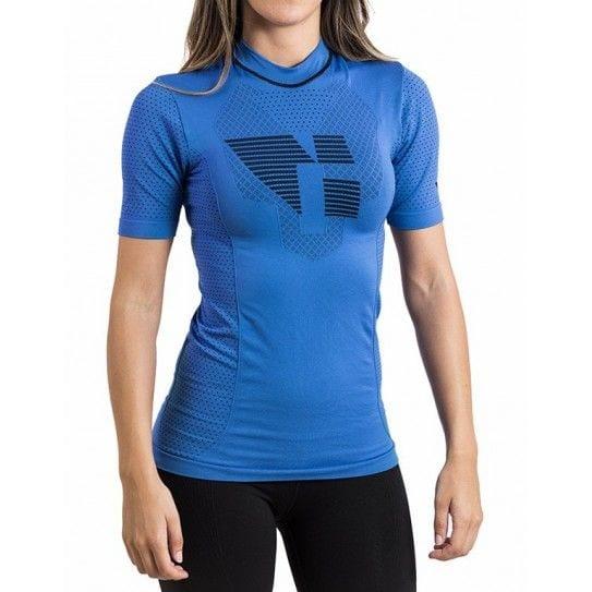 Camiseta térmica unisex en color azul, en la imagen aparece una chica usándola.